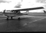 グアム国際空港にあるフライトスクールのセスナ機