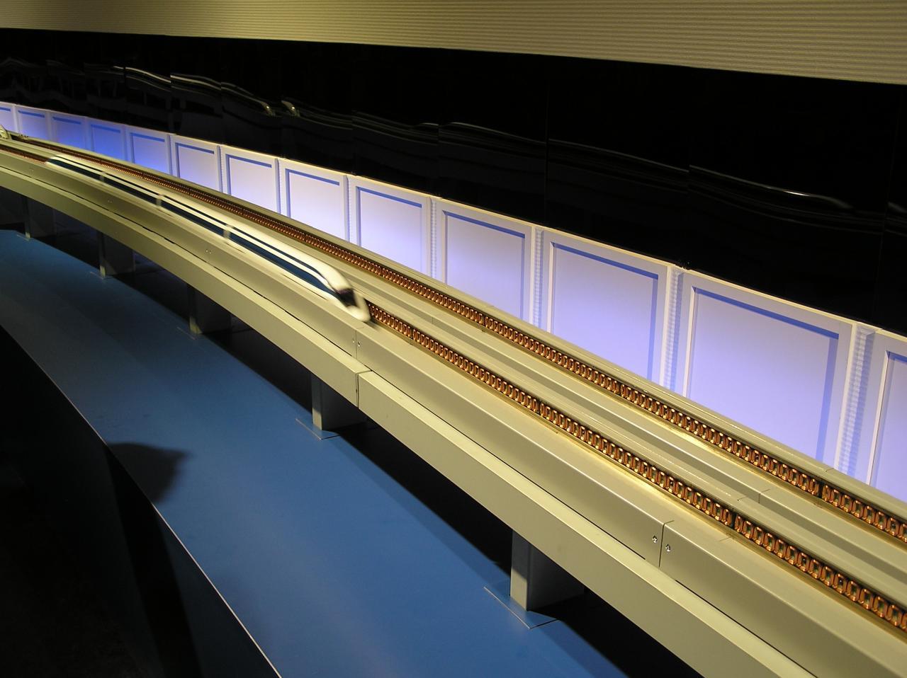 超電導で走るリニモの模型