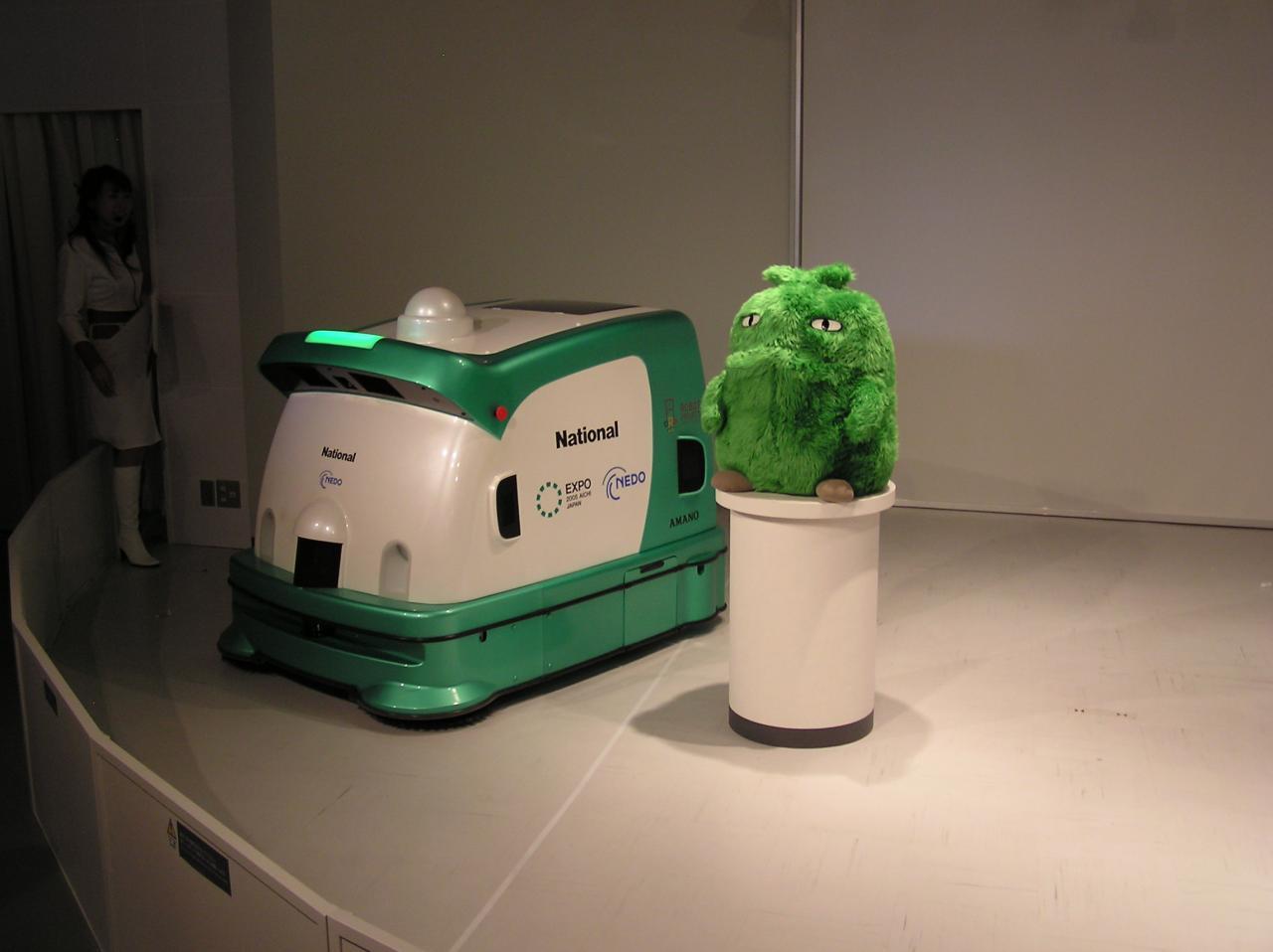 モリゾーを避けて通る屋外掃除ロボット
