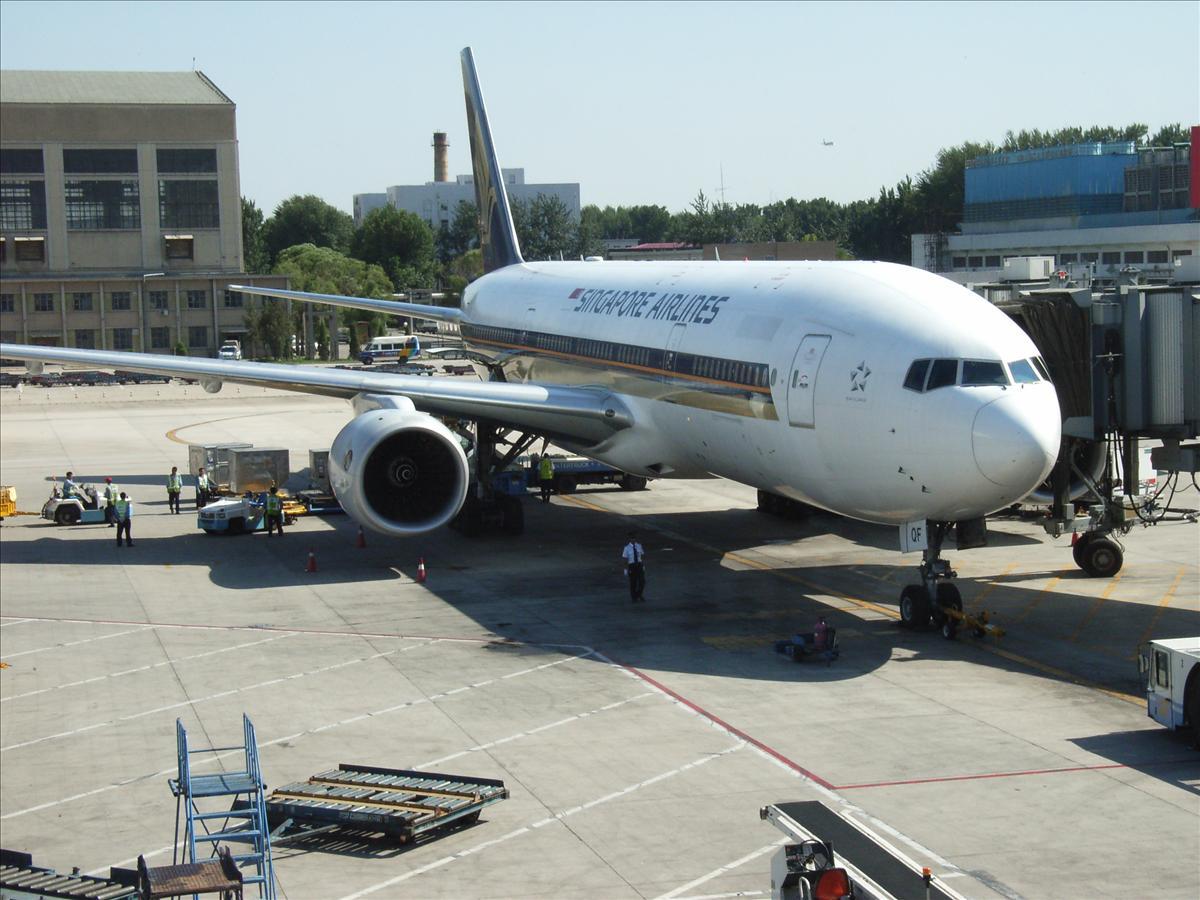 北京空港に駐機中のシンガポール航空機