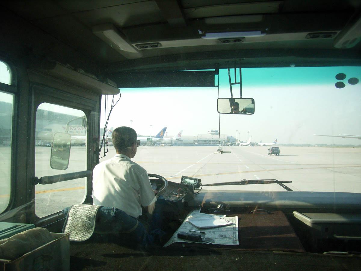 北京空港内リムジンバス運転席