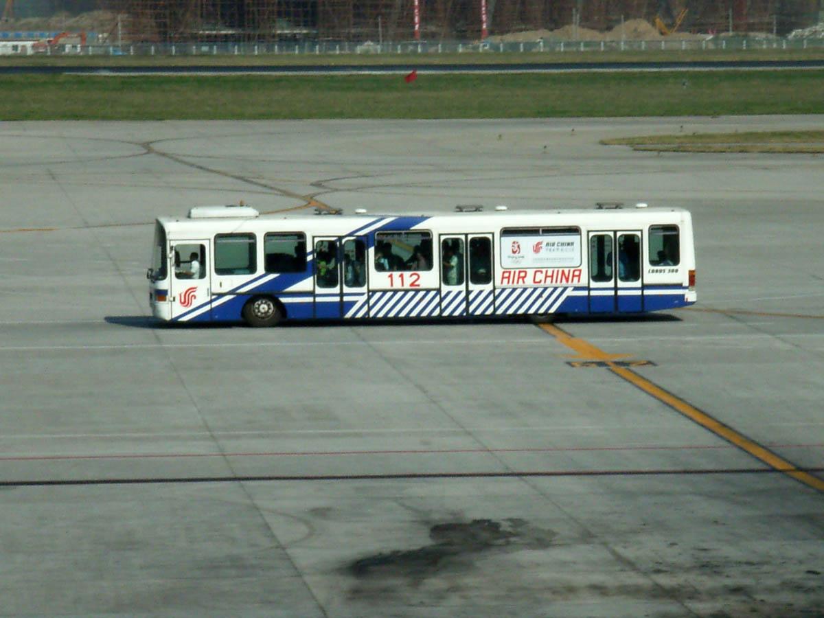北京空港内走行中のリムジンバス