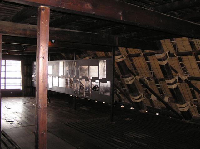 茅葺きの屋根の裏側