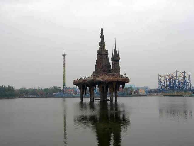 『発現王国』水に浮かぶ城