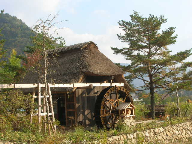 茅葺屋根の水車小屋
