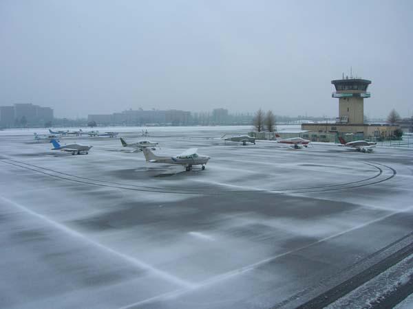 雪の調布飛行場