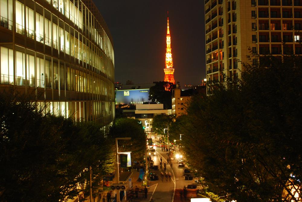 六本木ヒルズけやき坂からの東京タワー