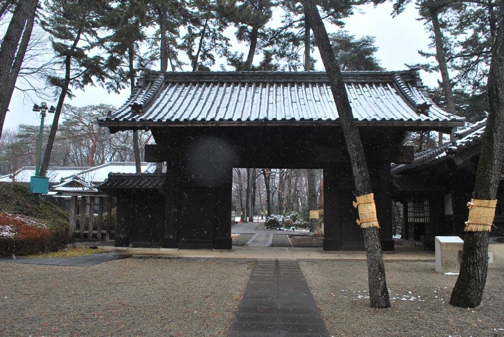 雪の小金井公園 伊達家の門(だてけのもん)