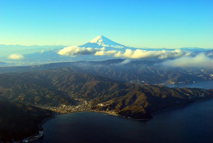 初島からみた熱海市と富士山